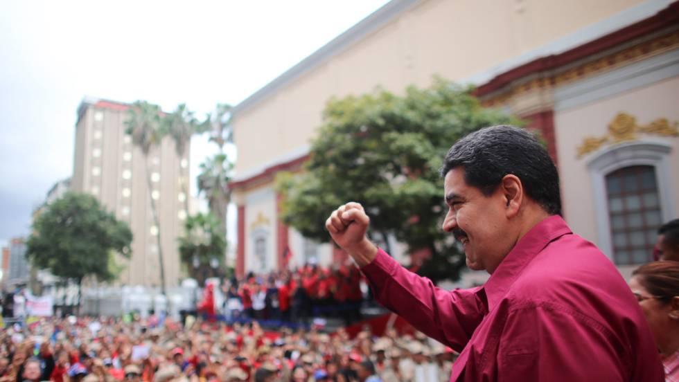 O presidente de Venezuela, Nicolás Maduro, acena para o público durante um ato oficial no dia 7 de novembro