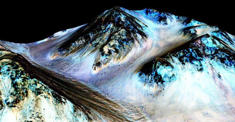 Imagem da superfície de Marte divulgada pela NASA. A foto foi tirada por uma câmera especial e nela é possível ver uma ladeira que sofreu os efeitos da erosão causados pela corrente de água líquida salgada que, segundo os cientistas, flui por ela.