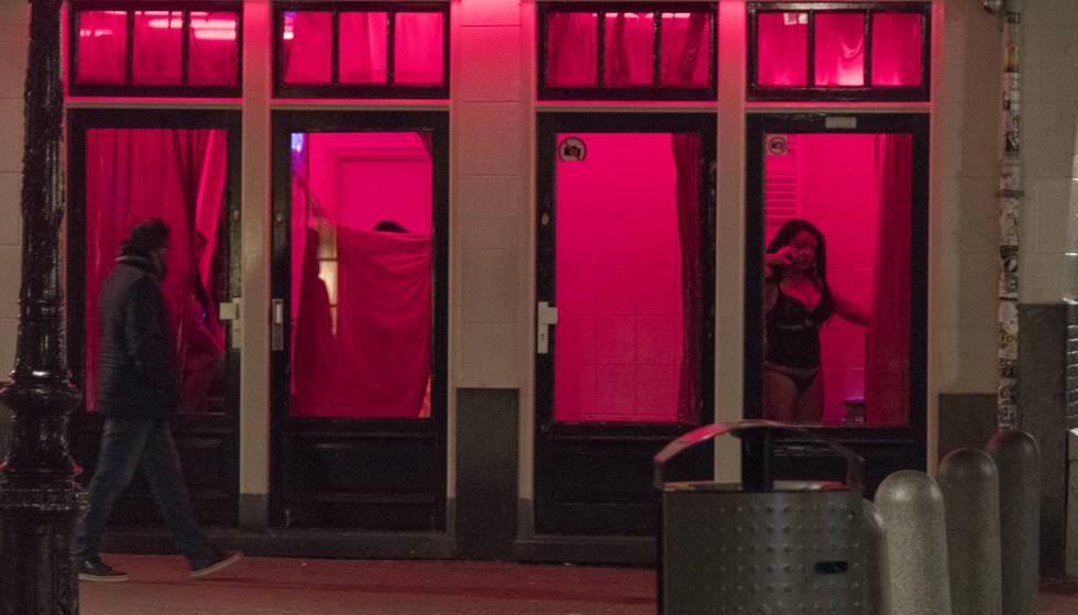 Prostitutas esperam clientes depois no Bairro da Luz Vermelha em Amsterdã, em abril de 2017.
