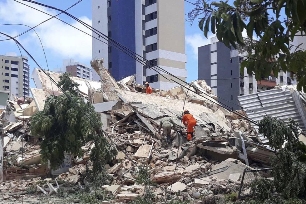 Bombeiros buscam vítimas presas nos escombros do edifício residencial que desabou em Fortaleza nesta terça-feira.