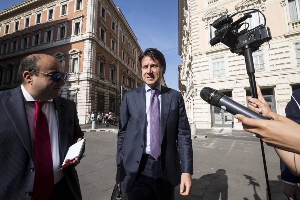 O jurista Giuseppe Conte chega nesta sexta-feira à Câmara dos Deputados, em Roma, onde os partidos que o apoiam, o Movimento 5 Estrelas e a Liga, negociam um Executivo.