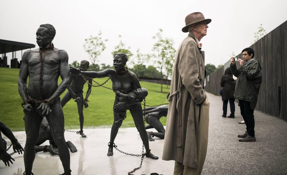 Esculturas sobre a escravidão no Legacy Museum do Alabama.