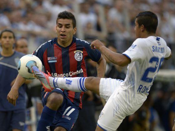Correia divide o lance com Lucas Alecrim.