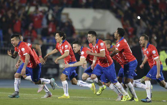 Jogadores do Chile comemoram a vitória contra a Argentina.