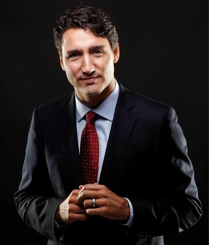 <strong>Quem é.</strong> Justin Trudeau, 44 anos, é o primeiro-ministro do Canadá. É o filho mais velho de Pierre Trudeau, que também ocupou o cargo de primeiro-ministro canadense durante 10 anos. <strong>Por que gostamos do seu estilo.</strong> O primeiro-ministro canadense passaria despercebido em qualquer lugar com um mínimo de consciência de moda, mas infelizmente a política internacional não é esse lugar. Usar meias estampadas, ter uma tatuagem tribal e se casar vestido com smoking cáqui não são gestos revolucionários – de fato, são bem inócuos –, mas o pobre Trudeau joga em campo adversário, em terra hostil e em circunstâncias meteorológicas adversas. E o faz com muita arte.