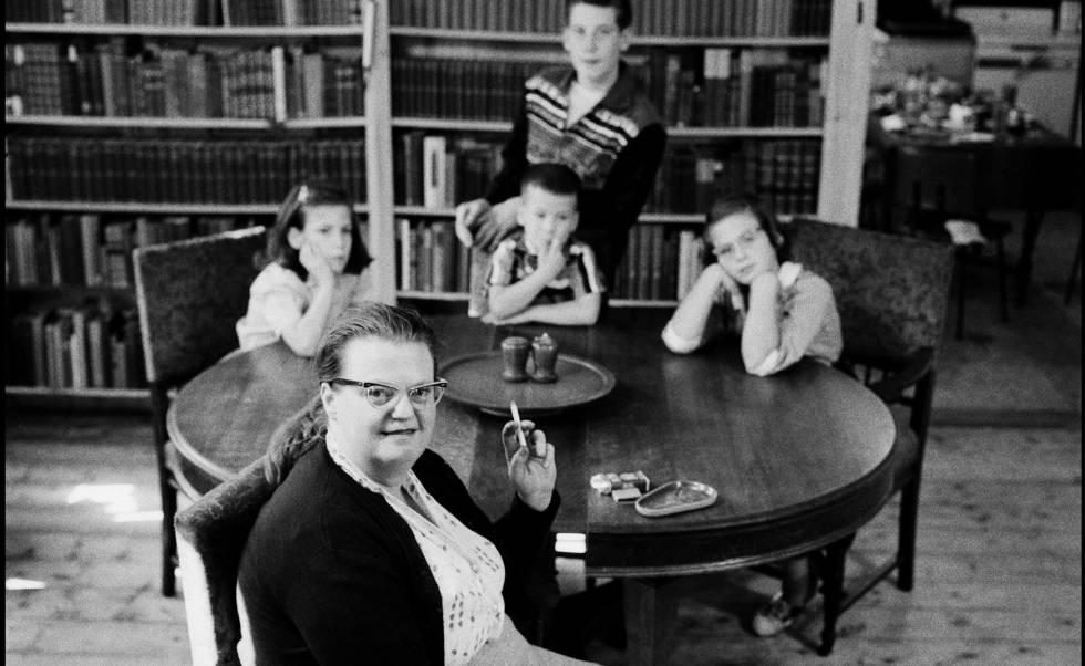 A escritora norte-americana Shirley Jackson com seus quatro filhos, em sua casa, em 1956