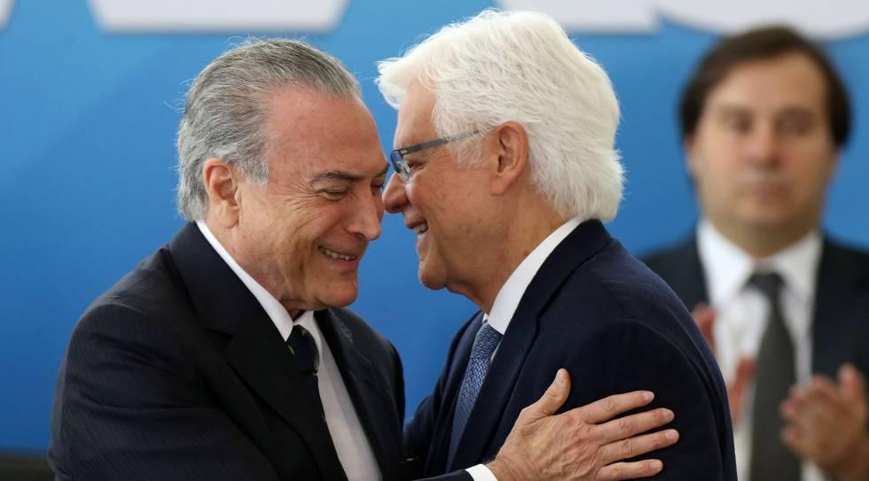 Temer e Moreira Franco durante a posse do ministro.