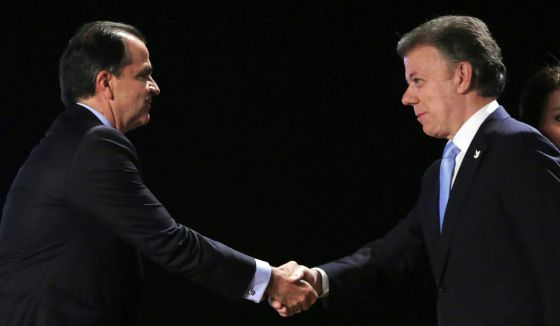 Santos e Zuluaga se cumprimentam antes do debate.