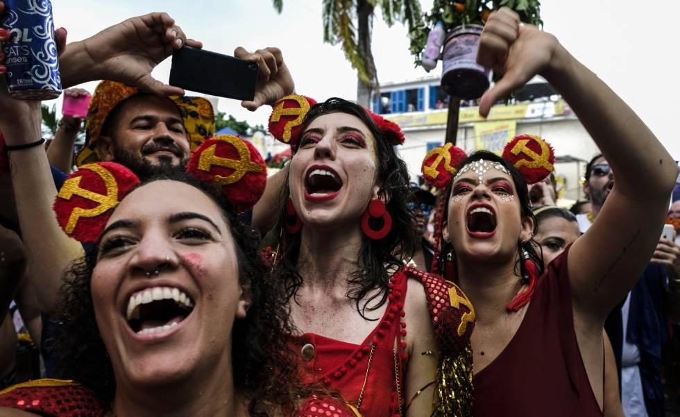 Mulheres vaiam Jair Bolsonaro no carnaval de Olinda.