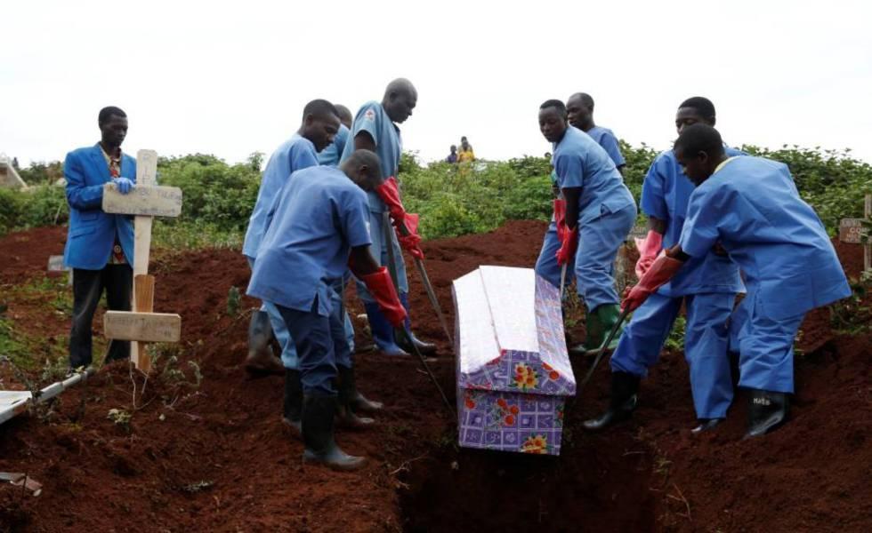 Trabalhadores da Cruz Vermelha durante o enterro, em 28 de março, de uma mulher vítima do ebola em Butembo.