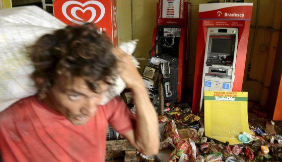 Homem saqueia supermercado em Salvador, durante greve de PMS.