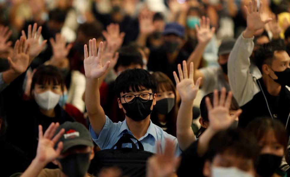 Manifestantes durante um protesto pró-democracia em um shopping center em Hong Kong, nesta quinta-feira.