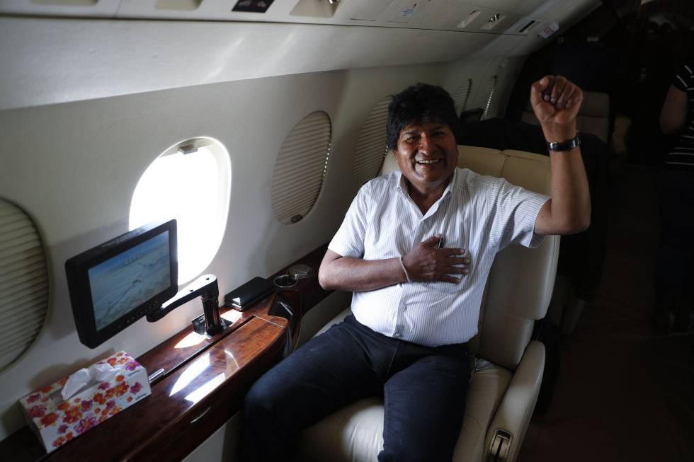 O presidente de Bolívia, Evo Morais, neste domingo no avião presidencial.