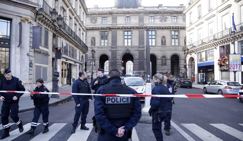 Cordão policial em torno do Louvre, nesta sexta-feira em Paris.
