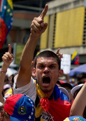 Um estudante opositor protesta contra Nicolás Maduro.