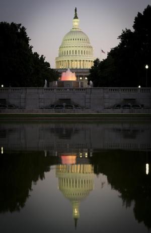 Imagem noturna do Congresso dos Estados Unidos.