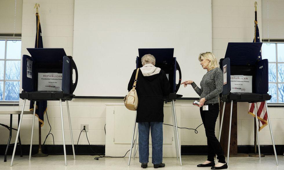 Uma mulher votando nas primárias republicanas de Carolina do Sul