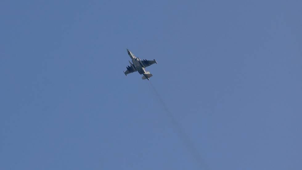 Caça Sukhoi-25 russo sobrevoa a cidade síria de Saraqib no último 1º de fevereiro