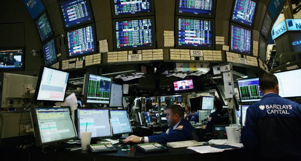 Corretores trabalham nas instalações da Bolsa de Nova York.