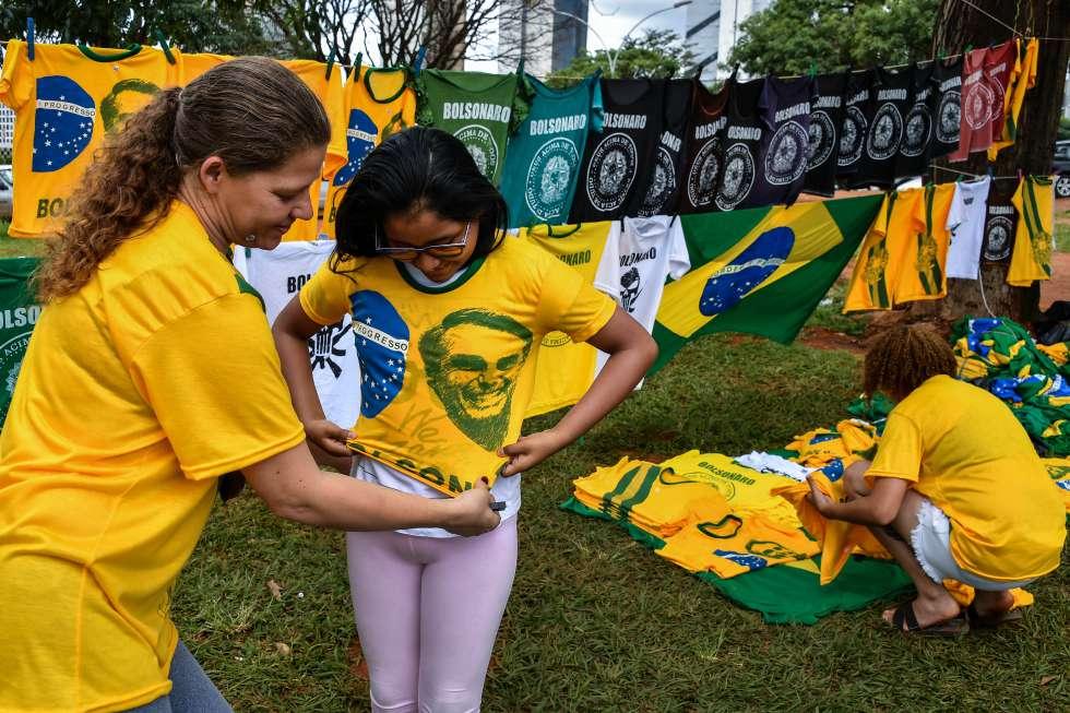 Venda de camisetas em apoio a Bolsonaro em Brasília.