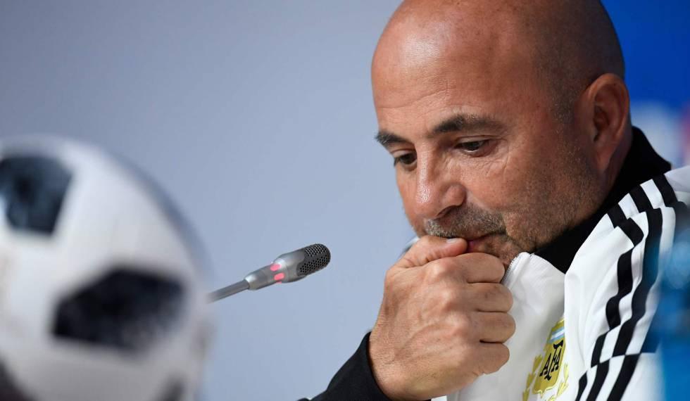 Jorge Sampaoli, treinador argentino, demonstra tensão antes de partida contra a Nigéria.