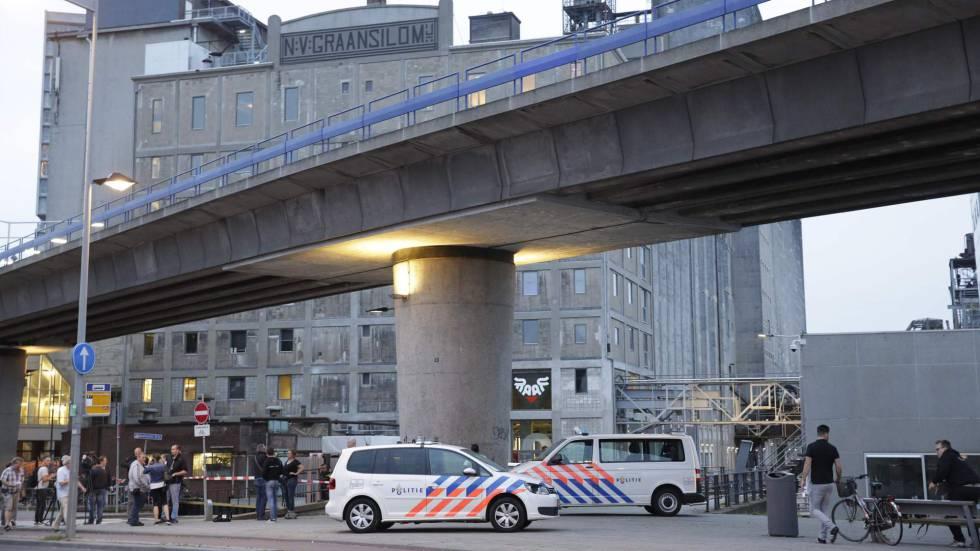 A polícia em frente a sala de concertos que recebeu um alerta terrorista na quarta-feira, dia 23 de agosto.