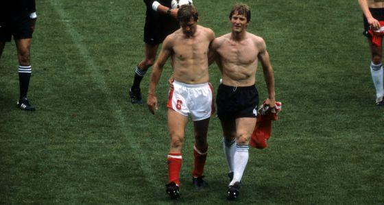 O austríaco Hattenberger, à esquerda, com o alemão Föster, depois do jogo de 25 de junho de 1982, em El Molinón.