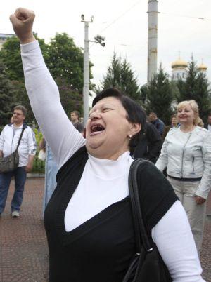 Várias pessoas se reúnem para celebrar o resultado do referendo de Luhansk.