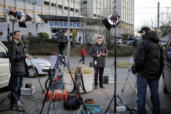 Repórteres na porta do hospital onde Schumacher está.