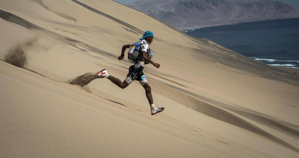 TOPSHOT - Competitors take part in the fourth stage -between Ocucaje and Arloveto (68,4 km)- of the first edition of the Marathon dê Sables Peru, on December 01, 2017, in the Ica desert.  The 250km-race is divided into six stages through the Ica Desert at a free pace and in self-sufficiency conditions from November 28 to December 4, 2017. / AFP PHOTO / JEAN-PHILIPPE KSIAZEK