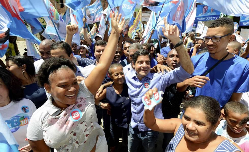 ACM Neto faz campanha pela reeleição em Salvador.