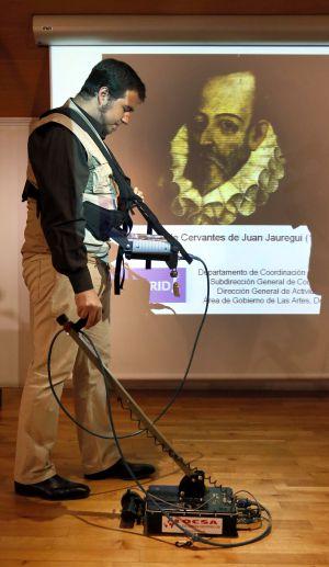 Um operário mostra o funcionamento do georradar que se usará para buscar os restos de Cervantes.