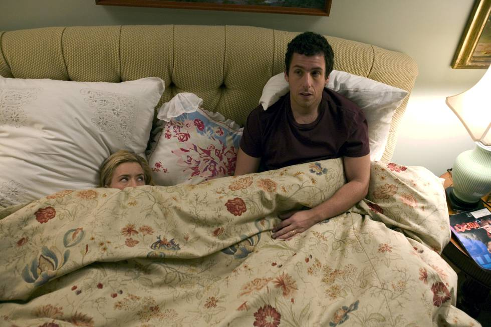 Tea Leoni se esconde de Adam Sandler no filme 'Espanglês' (2004).