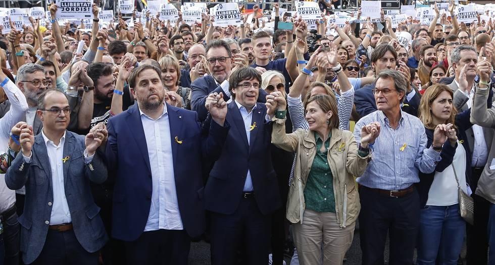 Manifestação em Barcelona pedindo a libertação de Jordi Sánchez e Jordi Cuixart