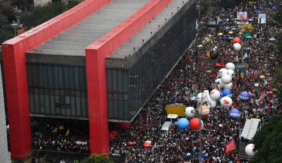 Protesto na av. Paulista contra os cortes na Educação.