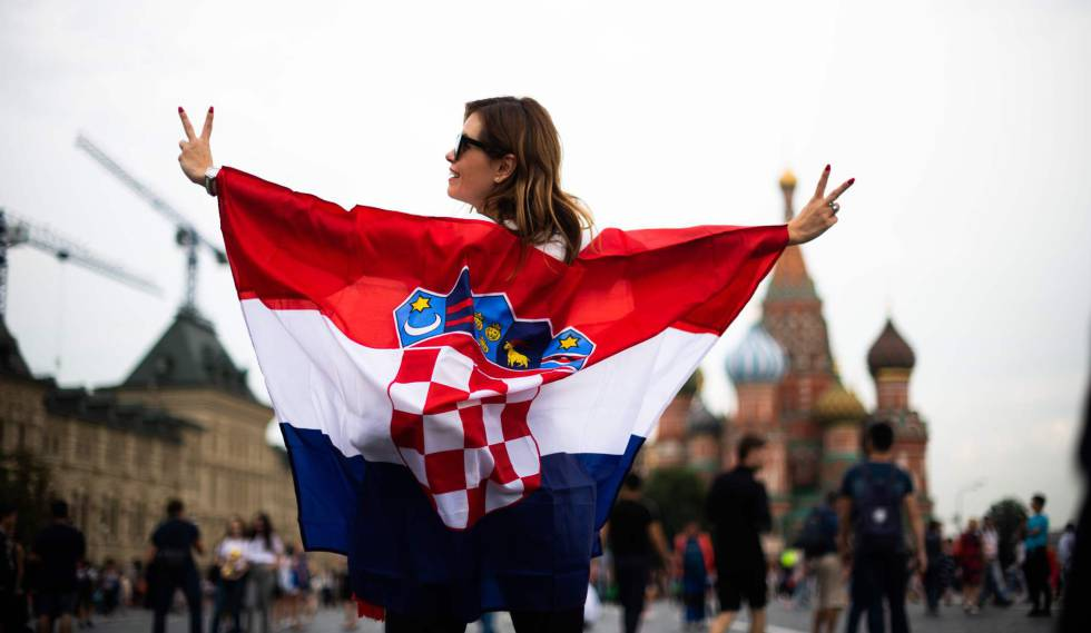 Torcedora croata na Praça Vermelha na véspera da final.