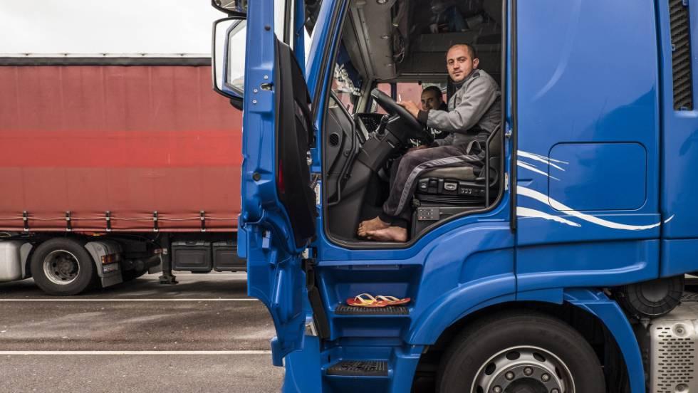 Mikhail, caminhoneiro romeno, descansa perto da fronteira entre França e Alemanha
