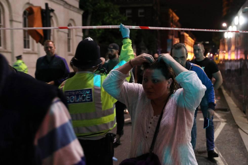 Policias retiram pessoas da área atingida pelo ataque.