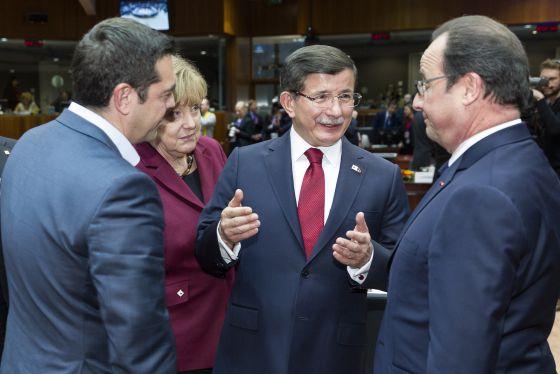 O primeiro-ministro turco, Ahmet Davutoglu, conversa com François Hollande (direita), Alexis Tsipras (esquerda) e Angela Merkel.