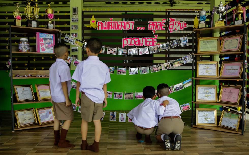 Colegas de um dos meninos presos na caverna de Tham Luang (Tailândia) lhe prestam homenagem na entrada da escola nesta segunda-feira.