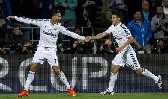 Cristiano Ronaldo e James comemoram o segundo gol do português.