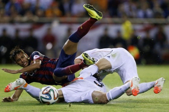 Neymar cai ante Pepe e Carvajal.
