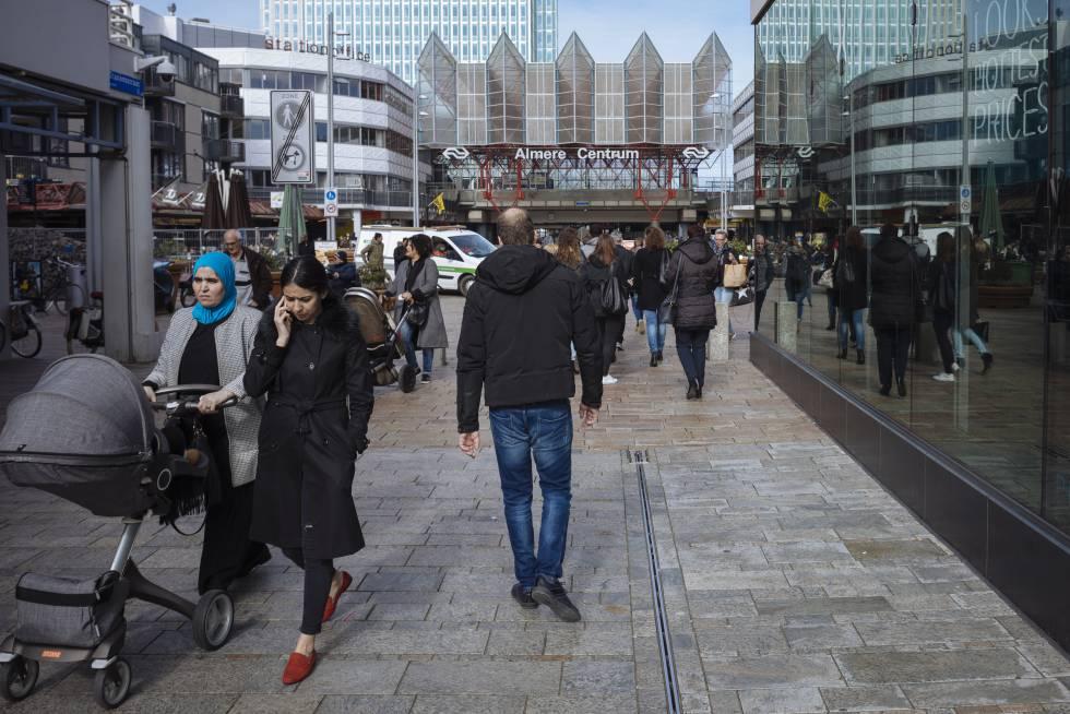 Rua principal de Almere, dias antes das eleições na Holanda.