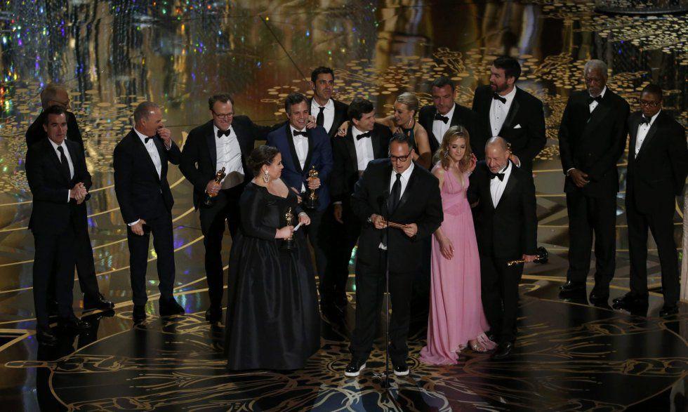 Michael Sugar recebe o Oscar de melhor filme por 'Spotlight'