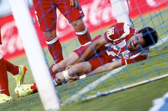 Diego Costa dói-se de seu golpe contra o poste.