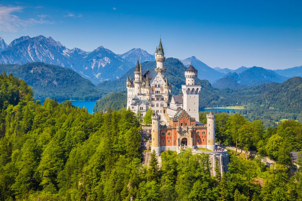 """Castelo de Neuschwanstein (Alemanha): Luis II da Baviera, o Rei Louco, mandou construir o castelo de Neuschwanstein (literalmente """"nova pedra do cisne"""") em 1866, como um refúgio para se afastar do mundo. Sete semanas depois da sua morte, em 1886, foi aberto ao público. Esta fantasia romântica situada nos Alpes bávaros, versão idealizada de um castelo medieval alemão, incorpora muitos elementos moderníssimos para a época: calefação central, luz elétrica, água corrente quente e fria e até uma linha telefônica. É o edifício mais fotografado da Alemanha e recebe 1,4 milhão de visitantes por ano. Muitos acharão que entraram num parque da Disney e talvez até esperem topar com a Bela Adormecida em algum de seus magníficos salões. www.neuschwanstein.de"""