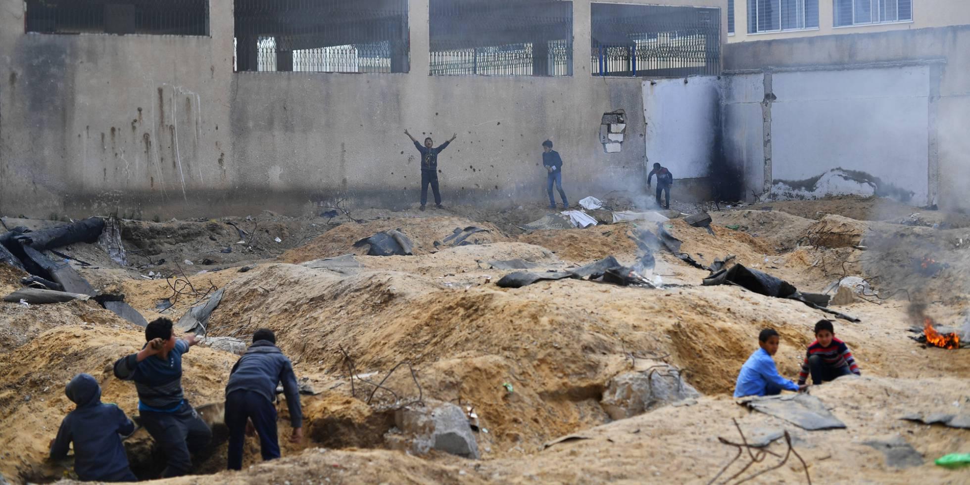 Várias crianças jogam a 'árabes e judeus', na cidade de Gaza.