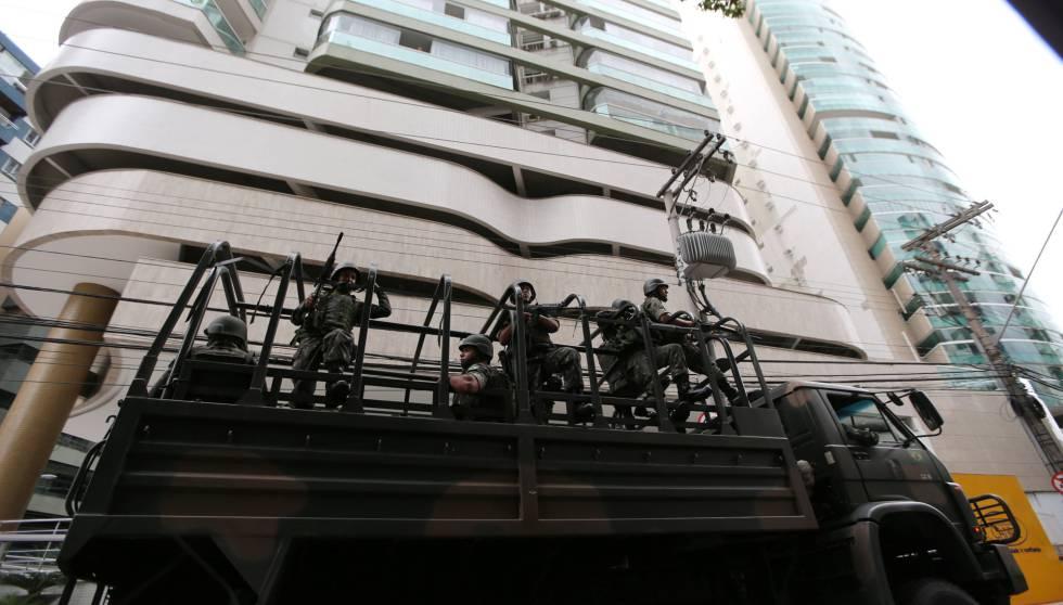 Soldados circulam em Vitória em substituição a PMs.