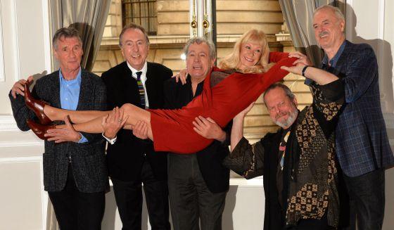 Los miembros de Monty Python posan con la actriz Carol Cleveland.