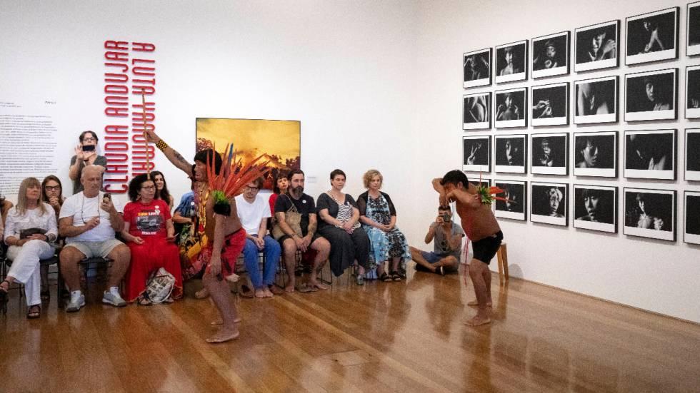 Índios yanomami realizam ritual no Instituto Moreira Salles, em São Paulo